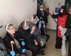 Απίθανοι! Ηλικιωμένοι ντύθηκαν «διαβολάκια» και «αγγελάκια» και πήγαν στο εμβολιαστικό κέντρο