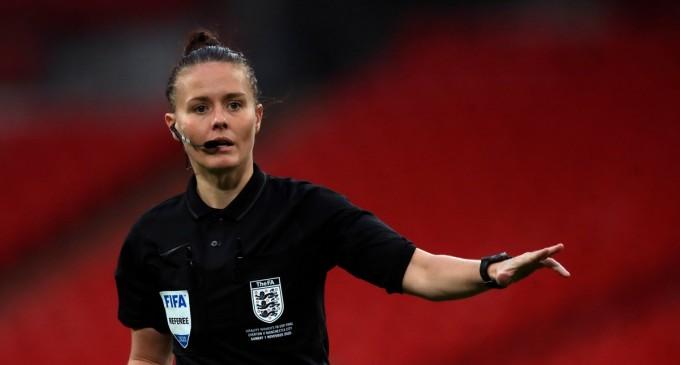 Η Ρεμπέκα Γουέλτς γράφει ιστορία στην Αγγλία -Η πρώτη γυναίκα διαιτητής σε αγώνα επαγγελματικής κατηγορίας