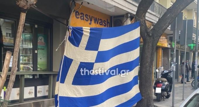 Κρέμασαν μεγάλη ελληνική σημαία απέναντι από το τουρκικό προξενείο