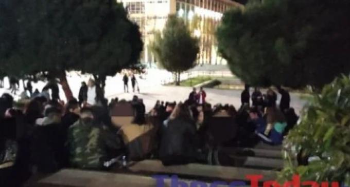Οι νύχτες του lockdown οδηγούν στο ΑΠΘ: Μουσική, άφθονο αλκοόλ και παρέα μέχρι το πρωί (Βίντεο και φωτογραφίες)