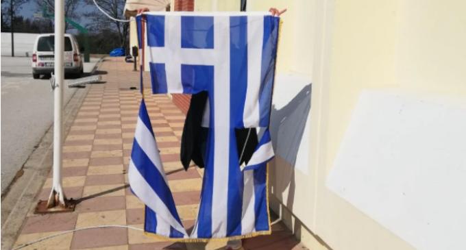 Δικογραφία για δύο 14χρονους που έσκισαν την ελληνική σημαία σε σχολείο της Θέρμης