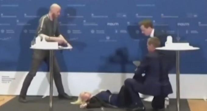 Δανή αξιωματούχος λιποθύμησε κατά τη διάρκεια live ενημέρωσης για το εμβόλιο της AstraZeneca