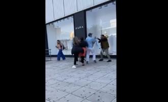 Γλυφάδα: Γυναίκες πιάστηκαν στα χέρια έξω από κατάστημα – «Φύγε από'δω μωρή»