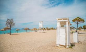 Έτοιμη για το καλοκαίρι η παραλία της Γλυφάδας