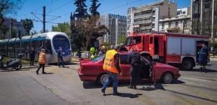 Σύγκρουση αυτοκινήτου με τραμ στον Νέο Κόσμο: Απεγκλωβίστηκε τραυματισμένος ο οδηγός (φωτο)