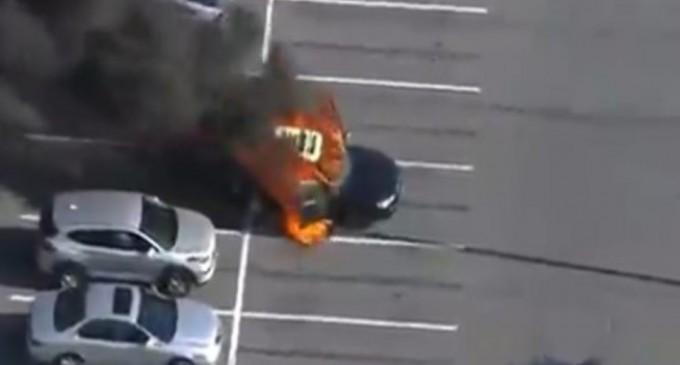 Έβαλε αντισηπτικό ενώ κάπνιζε και πήρε το αυτοκίνητο φωτιά
