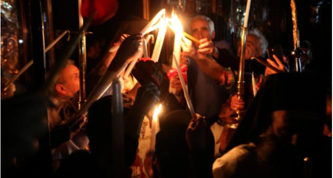 Η ιστορία του Αγίου Φωτός: Πότε ήρθε πρώτη φορά με απευθείας πτήση από τα Ιεροσόλυμα στην Ελλάδα – Τι λένε οι επικριτές