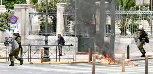 Επεισόδια με μολότοφ στις συγκεντρώσεις στο κέντρο της Αθήνας