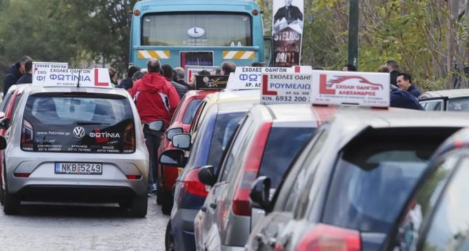 Δίπλωμα οδήγησης: Εξετάσεις στα 17, κάμερες στα οχήματα – Ολες οι αλλαγές