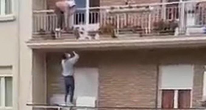 Ο ήρωας της ημέρας: Σκαρφάλωσε δύο ορόφους για να σώσει 80χρονη που πήγε να πέσει