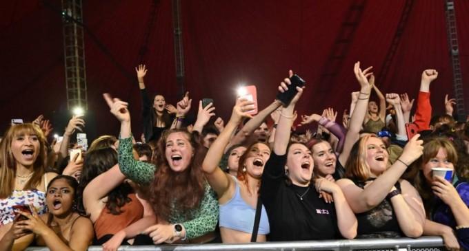 Βρετανία: Χιλιάδες νέοι χόρεψαν σε συναυλία χωρίς μάσκες και αποστάσεις σε πιλοτικό covid-free μουσικό φεστιβάλ