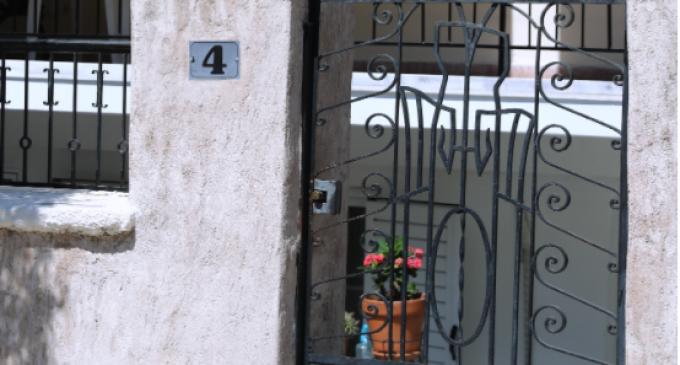 Έγκλημα στην Αγία Βαρβάρα – Σοκάρουν οι μαρτυρίες των γειτόνων της 64χρονης: «Όπου την έβρισκε, τη σκότωνε στο ξύλο»