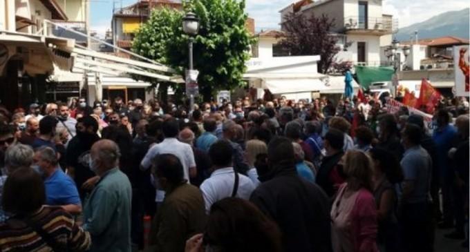 Επεισόδια στην απεργιακή συγκέντρωση των Ιωαννίνων – Προπηλάκισαν πρώην βουλευτή του ΣΥΡΙΖΑ (δείτε βίντεο)