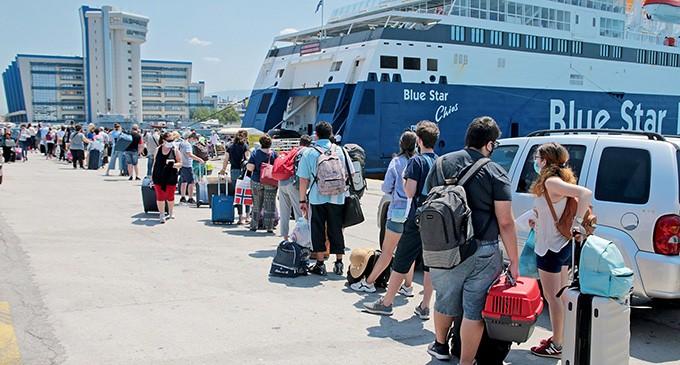 Αυξημένη η κίνηση στο λιμάνι του Πειραιά – Με αυτά τα έγγραφα μπορούμε να ταξιδέψουμε στα νησιά