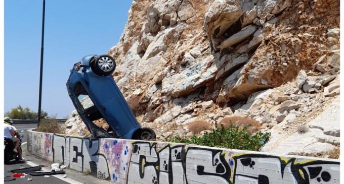Σοβαρό τροχαίο στα Λιμανάκια Βουλιαγμένης – Αυτοκίνητο «καρφώθηκε» στα βράχια