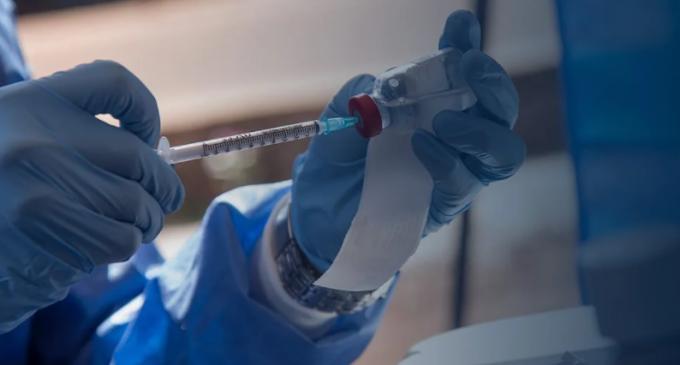 Johnson&Johnson – AstraZeneca: Εξετάζουν τροποποιήσεις στα εμβόλια λόγω των θρομβώσεων