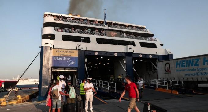 Ταξίδι με πλοίο: Μεγάλες ουρές στο λιμάνι του Πειραιά – Τα απαραίτητα έγγραφα για επιβίβαση