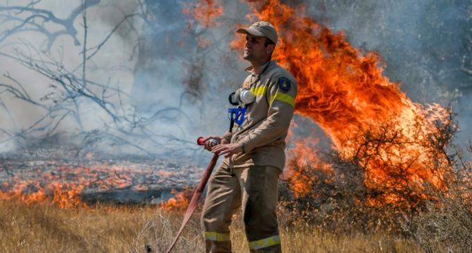 Στις αυλές σπιτιών η φωτιά στην Κερατέα – Μάχη να μην περάσει στον Εθνικό Δρυμό