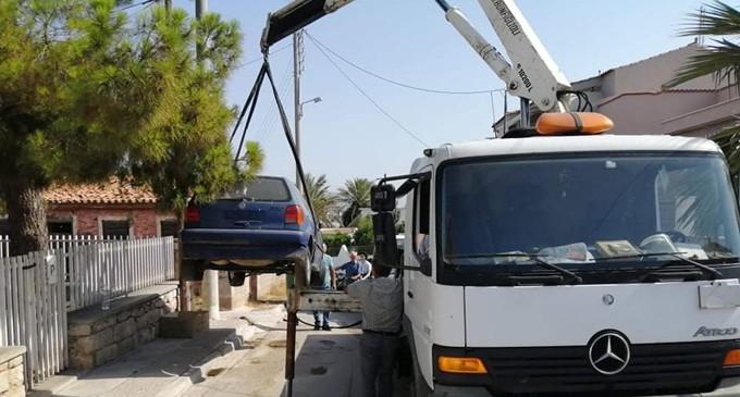 Ξεκίνησε η περισυλλογή των πρώτων εγκαταλελειμμένων αυτοκινήτων από τον Δήμο Σαλαμίνας