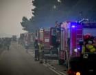 Φωτιά στα Βίλια: Κάηκαν σπίτια στον Προφήτη Ηλία – Μάχη για να ελεγχθεί το μέτωπο