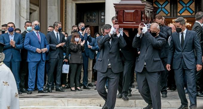 Μίκης Θεοδωράκης: Ξεκίνησε το τελευταίο του ταξίδι για τον Γαλατά Χανίων