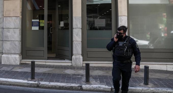 Ένοπλη ληστεία σε τράπεζα στο κέντρο της Αθήνας: Δίδυμο δραστών με καλάσνικοφ ψάχνει η Αστυνομία