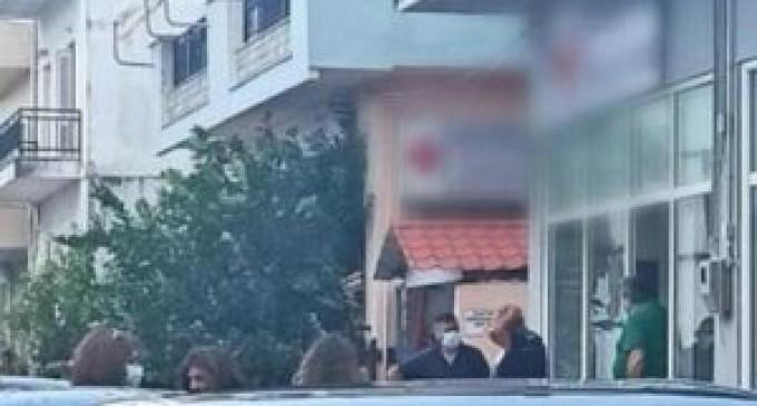 Απίστευτο σκηνικό!:  Ανεμβολίαστη υπάλληλος που βρισκόταν σε διαθεσιμότητα «ταμπουρώθηκε» σε ΚΑΠΗ