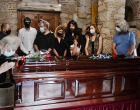 Μίκης Θεοδωράκης: Με τραγούδια και χειροκροτήματα υποδέχθηκε το πλήθος τη σορό του (φωτο)