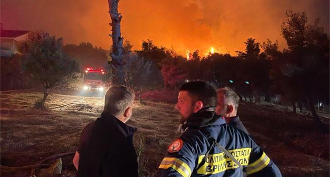 Άμεση η συνδρομή της Περιφέρειας Αττικής στο έργο κατάσβεσης της πυρκαγιάς που ξέσπασε χθες στη Ν. Μάκρη