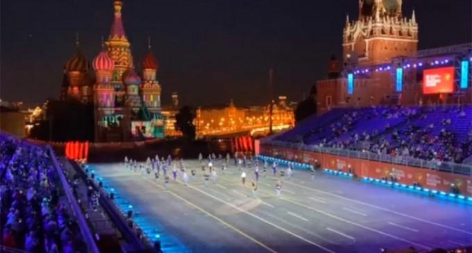 Τίμησαν με μεγαλοπρέπεια τον Μίκη Θεοδωράκη στην Κόκκινη Πλατεία της Μόσχας